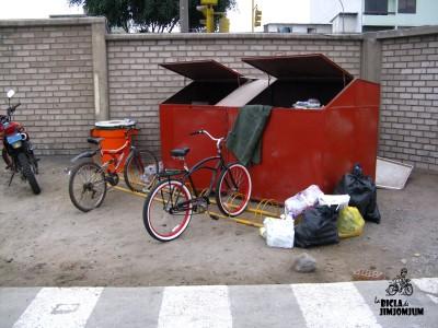 Estacionamiento de bicis al lado de contenedor