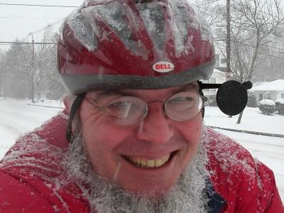 Sheldon Brown con su típica águila de plástico en el casco (encontrada en el camino)