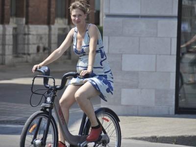 """Sara, con 31 semanas de gestación, monta su """"Bixi"""" en Montreal (crédito: Jonny Hunter)"""