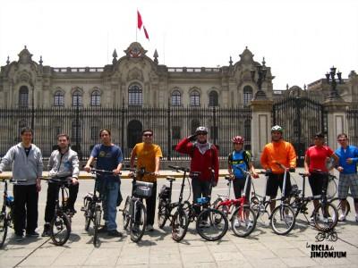 ¡Plegables al poder! Foto frente al palacio de gobierno de Perú.