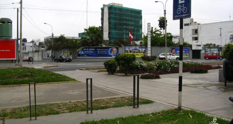 Estacionamiento de bicicletas en la ciclovía de la av. Salaverry (altura del cruce con la av. Rebagliati)